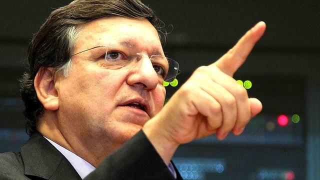 Aufnahme von EU-Kommissionspräsident José Manuel Barroso. Er zeigt mit dem Zeigefinger in den Raum.