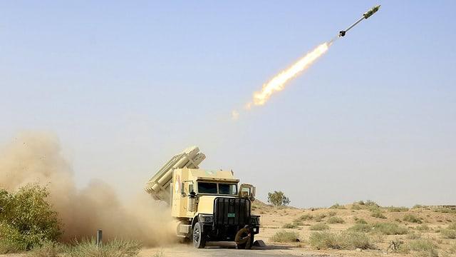 Militärfahrzeug schiesst eine Rakete ab