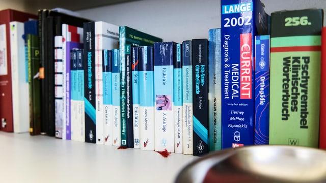 Bücherregal einer Aztpraxis