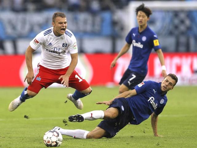 Zweikampf im Spiel zwischen Hamburg und Kiel