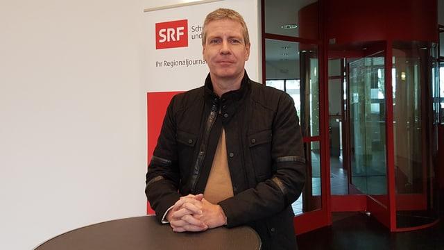 Journalist Marcel Rohr im Eingang des Radio-Studio Basel