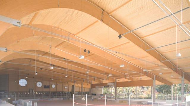 Sissacher Eishalle, ein Holzbau, von Innen.