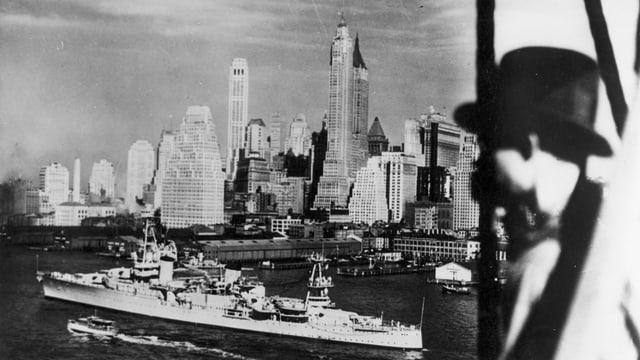 Ein Mann blickt um 1935 auf die Skyline in New York.