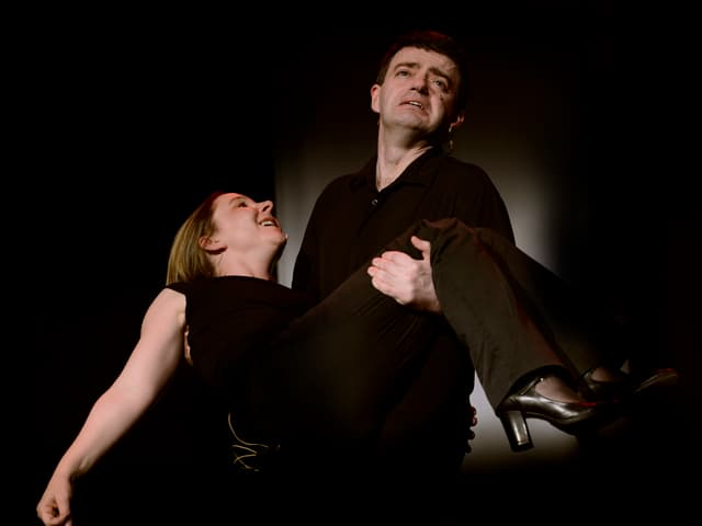 Ein Mann hält eine Frau in den Armen.
