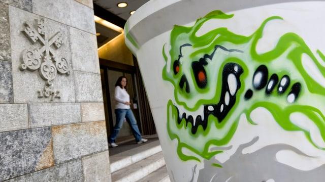 Grafiti auf einem Blumentopf vor dem UBS-Hauptsitz.