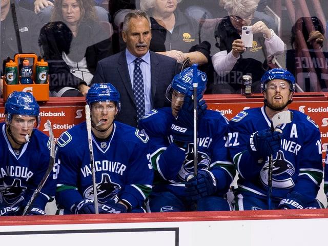 Willie Desjardins (Mitte hinten) an der Bande der Vancouver Canucks