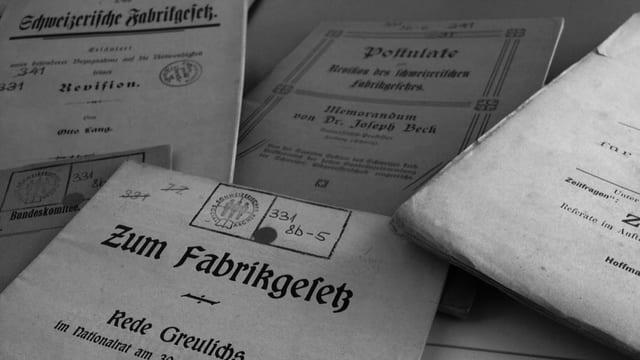 Verschiedene alte Dokumente mit Bibliiotheksstempel.