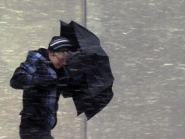 Mann kämpft gegen den Wind