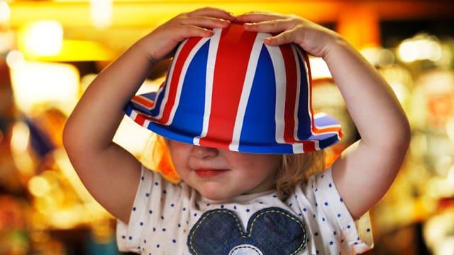 Mädchen mit England-Hut auf dem Kopf