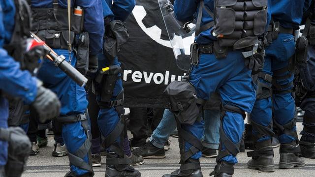 La polizia impedescha la demonstraziun dals antifaschists.