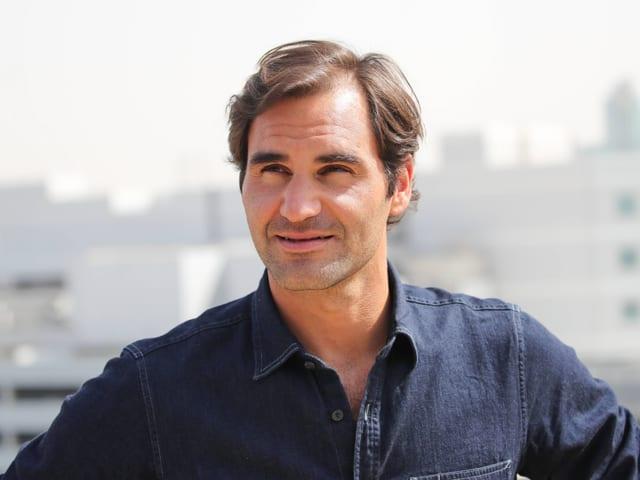 Roger Federer gibt im sonnigen Dubai Auskunft.