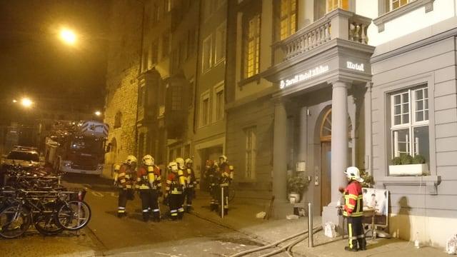 Die Feuerwehr bei ihrem Einsatz vor dem Zunfthaus.