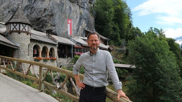Sternstunde-Moderator Norbert Bischofberger vor der Beatushöhle.
