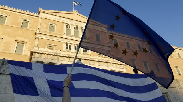 Euro-Flagge und die griechische Fahne vor dem griechischen Parlament in Athen