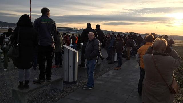 Auf dem Spotter-Hügel am Flughafen Zürich warten am frühen Morgen schon Schaulustige.