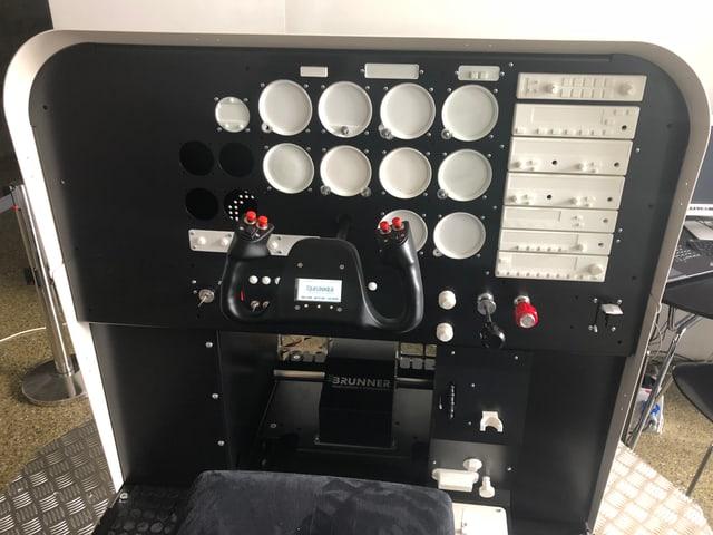 Der Simulator mit der Steuerruder und den restlichen Armaturen.