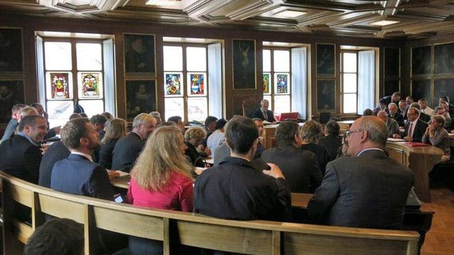 Ein historischer Ratssaal mit Mitgliedern des Landrates Nidwalden.