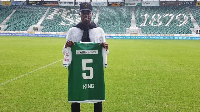 Yroundu Musavu-King posiert mit der Nummer 5