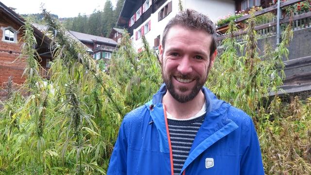 Adrian Hirt in seinem Hanfgarten
