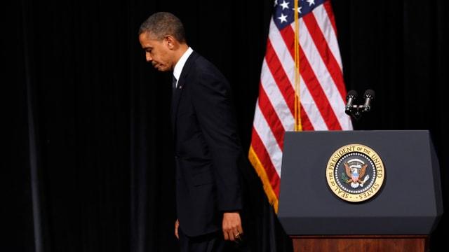 US-Präsident Barack Obama tritt mit gesenktem Blick vom Rednerpult ab.