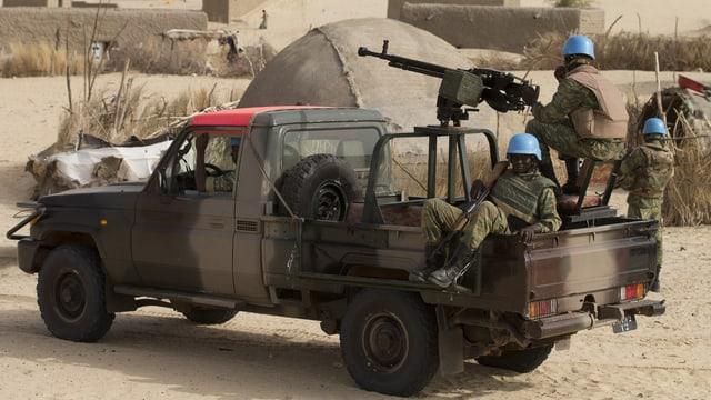 In einem militärischen Pick-up befinden sich UNO-Blauhelmsoldaten.