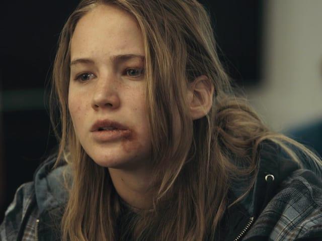 Porträt von Lawrence: an ihrer Unterlippe ist eine Verletzung.