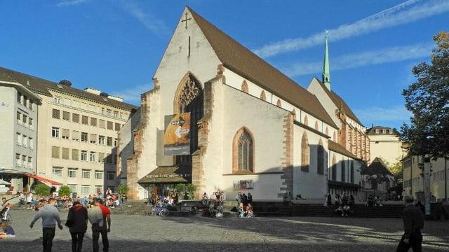 Blick aus der Distanz auf die Barfüsserkirche, historisches Museum Basel.