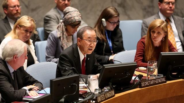 Ban ki-Moon spricht im Sicherheitsrat, umgeben von mehreren UNO-Botschaftern.
