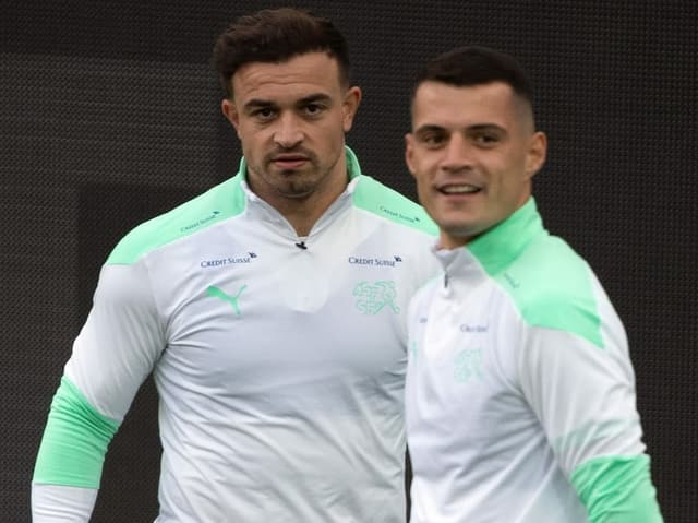 Xherdan Shaqiri (links) von Liverpool und Granit Xhaka von Arsenal im Training der Nationalmannschaft