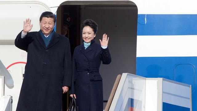 Xi und Peng beim Flugzeugausgang.