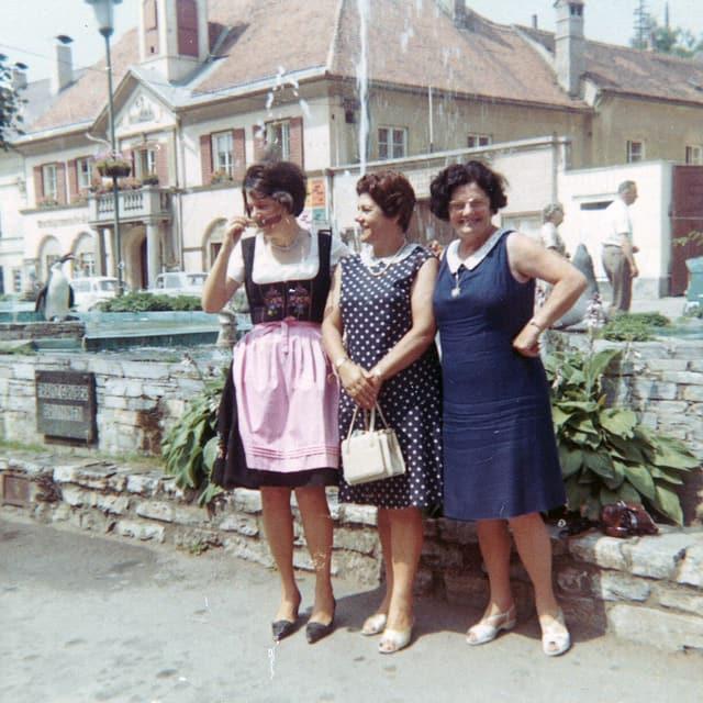 Gruppenbild mit drei Frauen, die vor einem Steinmauer stehen.