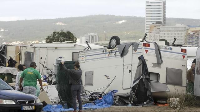 Wohnwagen, die auf dem Kopf stehen nach Durchzug des Sturmtiefs Leslie.