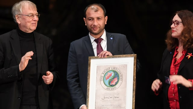 Raed Saleh nimmt eine Urkunde entgegen.