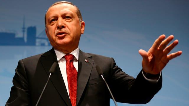 Recep Tayyip Erdogan an einem Rednerpult