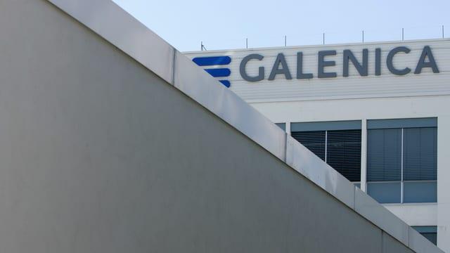 Blick auf Firmengebäude mit Galenica-Logo.