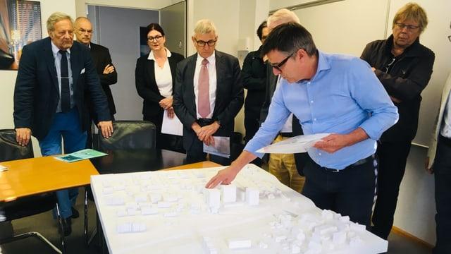 Ein Gemeindevertreter erklärt das Stöcklin-Projekt