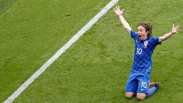 Luka Modric bejubelt auf den Knien rutschend sein Traumtor gegen die Türkei.