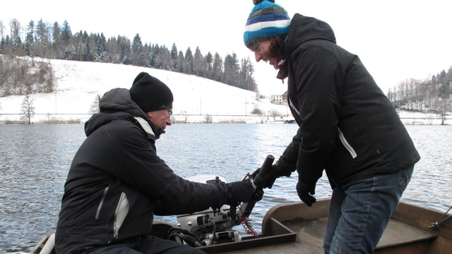 zwei Menschen auf einem Boot