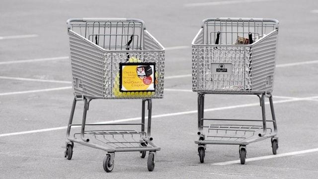 Zwei Einkaufswagen auf einem Parkplatz