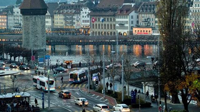 Eine Luftaufnahme vom Bahnhofplatz in Luzern, auf den Strassen hat es viele Autos.