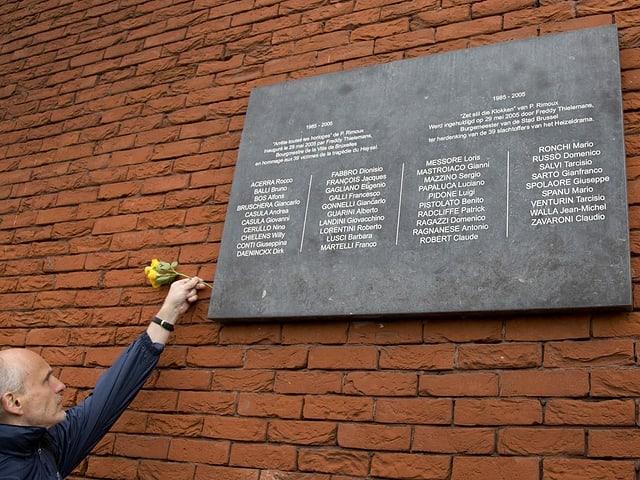 Eine Gedenktafel erinnert beim renovierten Stadion an die Verstorbenen.