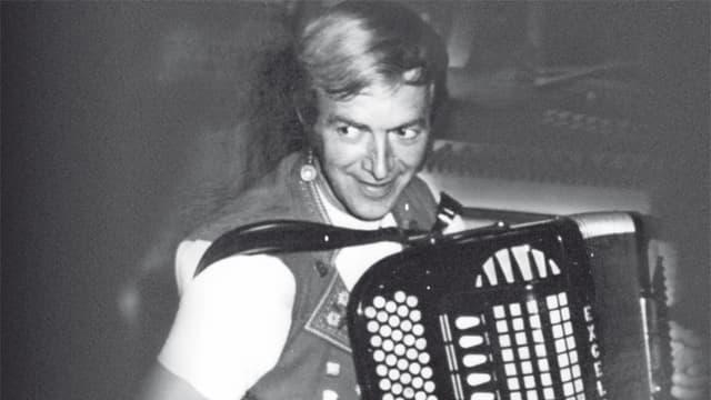 Schwarz-Weiss-Fotografie von einem jungen Akkordeonisten.