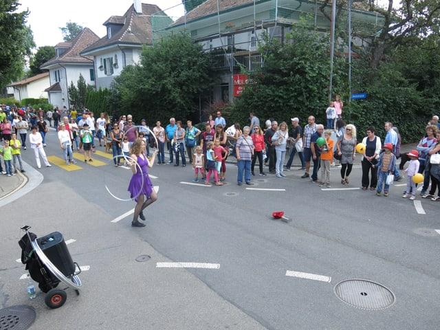 Hula-Hoop-Künstlerin auf einer Strasse