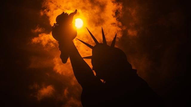 Sonnenfinsternis hinter der Freiheitsstatue in New York.