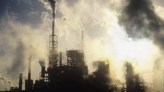 Foto von Rauch und Qualm über der englischen Teesside-Raffinerie, die 2009 stillgelegt wurde.