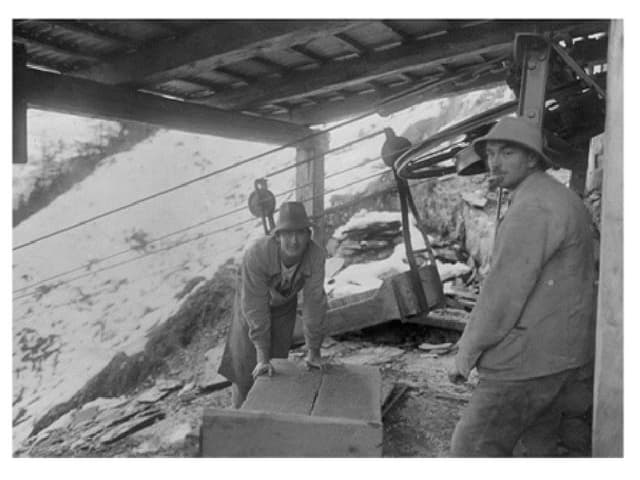 Arbeiter vor einer Mine.