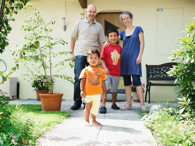 Christine und Thomas Berchtold mit den Adoptivkindern Marlon und Jean-Paul.