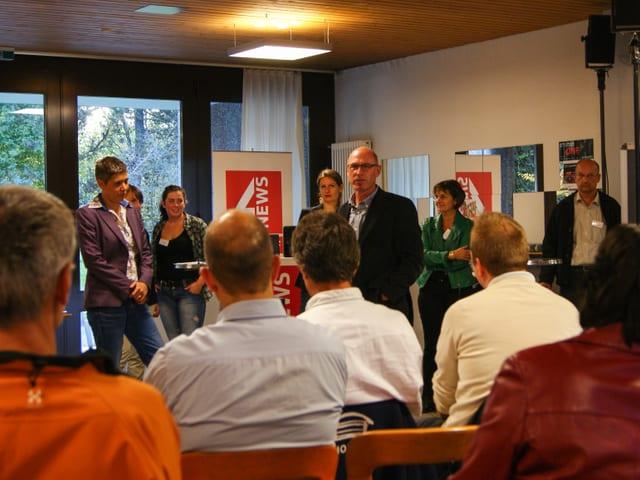 Bernhard Guggisberg und Isabelle Jacobi sprechen vor dem versammelten Publikum.