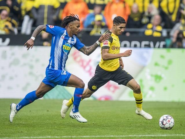 Berlins Valentino Lazaro gegen Dortmunds Achraf Hakimi.
