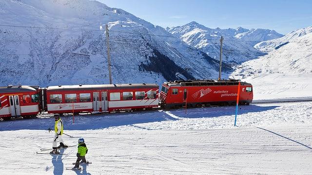 In tren da la Matterhorn-Gotthard-Bahn en cuntrada da naiv.